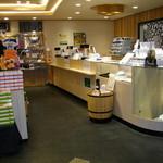 嬉野パーキングエリア(上り線)フードコート - 伊勢志摩アクセサリーを豊富に展示