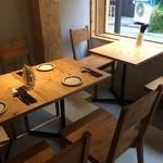 加古川ワインバル - 入ってすぐ右の2人掛けテーブルと4人掛けテーブル