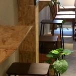 加古川ワインバル - 壁際に2人用コンパクトテーブルが