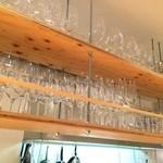加古川ワインバル - グラスのラック、綺麗に整頓されています
