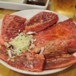 近江牛肉店 - 白皿(脂身多めの盛り合わせ)