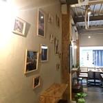 加古川ワインバル - 壁には、写真がいっぱい
