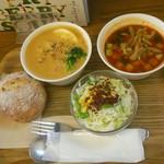ベリーベリースープ - サーモンと鶏のクリームスープ、トマトのガスパチョ ライ麦パンがもちもち(°▽°)