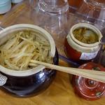 たにもと - 漬物と辛子味噌も置かれています