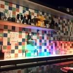 シャンパン食堂の洋食屋さん - カウンター向こうも陽気な壁です。