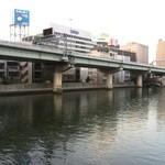 シャンパン食堂の洋食屋さん - 堂島川になるのでしょうか・・・こういう水辺、好きです♪