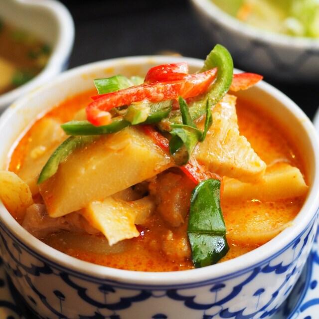 バンタイ - 鶏肉のレッドカレー