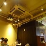 BEANUS CAFE - 剥き出しの天井には、静かに排煙装置が作動していた。