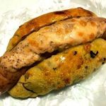 Merupochi - ポパイペッパーウインナー。ほうれん草入りのパンにブラックペッパーがきいたウインナーソーセージが挟まっている。