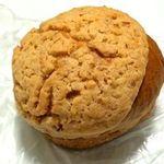 Merupochi - 黒糖クルミ。黒糖風味の柔らかいパンの上に黒糖風味のサクサクしたクッキー。
