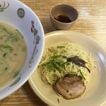 九州ラーメン八起 - 替玉には焼豚と出汁が付いています(^^)