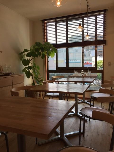 カフェ プラート - 明るい店内