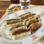 大阪屋 - アテに餃子をお願いしましたが、なんと8個もありました!