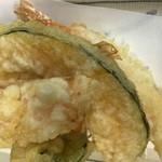 うどん館 - 注文受けてからの揚げたての天ぷら盛り合わせ!