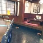 酒郷吉春 - 店内。