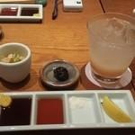 串あげ青田風 - 左からソース,ポン酢,塩,レモン