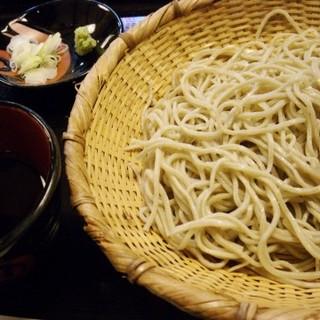 北海道産のそば粉に数種類ブレンドしたそばを使用