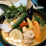 Rojiura Curry SAMURAI.  - 「一日分の野菜20品目のカレー」を、ココナツスープと納豆トッピング、辛さは四辛、ごはんは普通