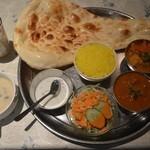 インドレストラン Taji - スペシャルランチ(上から野菜、チキン)