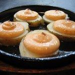 居酒屋 春夏秋冬 - じゃがいも明太子焼き 450円。 ジャガイモの上に明太子をのせて焼いたものです。