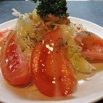 居酒屋 春夏秋冬 - とまとバジルサラダ 390円。 バジルの風味が効いたサラダです。