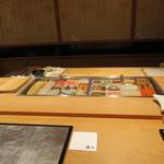 38499415 - 店内のカウンターに陣取ります!カウンターは高級寿司店の文法に則った造りです!フラットなカウンターとネタケース