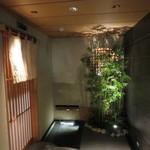 38499419 - 店の入り口には竹林が造られ、扉の前には流水の水路が造られて、石橋を渡って扉をあける演出がなされている