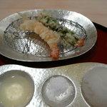 天ぷら 一宝 - 海老と海老の大葉巻き。搾った檸檬の汁、塩、大根おろし。海老は、塩と檸檬汁が一番