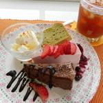 3rd フロア - 抹茶のシフォン、いちごのレアチーズ、ガトーショコラ