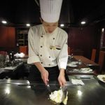 ローズルーム名古屋 - 原シェフがガーリックライスの準備に入りました!ガーリックをきつね色になるまで炒めてご飯を投入!