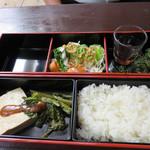 りゅうそう茶屋 - てびちと豆腐の煮付け定食1,300円。                             海ぶどうプチプチ♪                             薄味の豆腐と青菜の煮つけ。