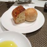 Risutorantehirooosaka - チーズとトマトのフォカッチャと全粒粉のパン