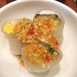 サイアムセラドン - ランチセットの副菜、海老の生春巻き。その他にタイしょうゆヌードルS・ミニ・パッタイがあり、選択可。