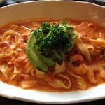 本格塩ゆでスパゲティ 隠れスパ一世 - アボカドとエビのトマトクリーム:フィットチーネ