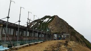 赤岳天望荘 - 奥が赤岳の山頂です