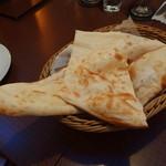 Indian Cuisine&Bar グランドダージリン  - もちもちナン(350円)