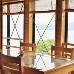 和食茶房 風の彩 - 海側が全面ガラス窓で明るい店内
