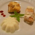 アラペサ - お米、松の実、干しブドウのプディング、ブラッドオレンジのクリームチーズムース、パンナコッタ ラズベリーソース