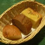 アラペサ - 「房の麦」の全粒粉のパン、ローズマリーのフォカッチャ、牛乳と卵のパン