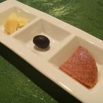 アラペサ - イタリア産サラミ、ブラックオリーブ、パルメザンチーズ