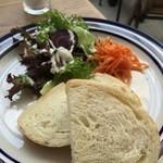 38530623 - ランチのパンとサラダ