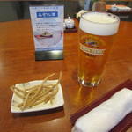 38533564 - 生ビール・お通しの「揚げ蕎麦」
