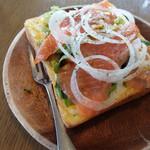 38536574 - サーモン&オニオンのチーズトースト
