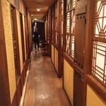 38536862 - 廊下の飾りも韓国っぽいです。