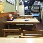 しろちゃん - 4人掛けテーブル5卓と、奥にカウンター席あり