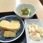 しろちゃん - 炊き合わせの鉢(卵焼き付き)、マカロニサラダ、冷奴