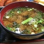 しろちゃん - 大きなお椀に美味しい味噌汁、具はワカメたっぷり