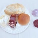 玉屋菓子店 - 料理写真:チーズ入りフランスパン、米粉ロールケーキ、たぬきさんのケーキ、あんパン、お芋の和菓子、水羊羹