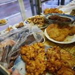 さかな屋さん - 店内入り口には揚げ物中心にずらりお魚!