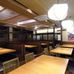 関サービスエリア(上り線)レストラン「かごの屋」 - 内観写真:落ち着いてお食事できる空間です